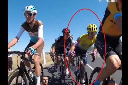 Sergio Higuita evitando caída en etapa 7 del Tour de Francia