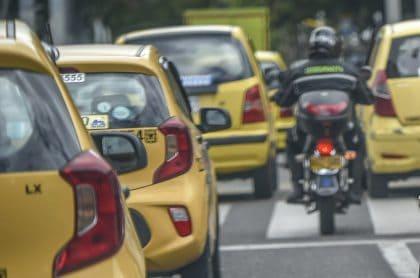 Calle de Bogotá, a propósito del  piloto para parqueo en vía.