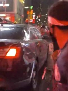 Carro en Nueva York arremete contra manifestantes.