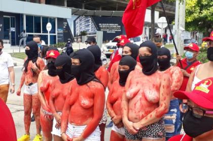 Trabajadoras de Uniautónoma se desnudaron para protestar por suspensión de contratos.