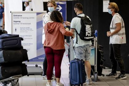 Pasajeros que hacen cola en el aeropuerto de Schiphol, cerca de Ámsterdam, ilustran artículo sobre inminente migración de jóvenes de Colombia al exterior por crisis.