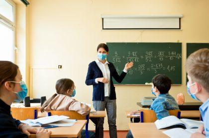 Imagen de profesora  en clases presenciales ilustra nota sobre reaperturas de colegios en Bogotá
