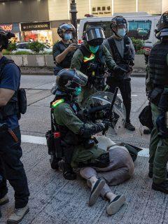 Arresto a protestante en Hong Kong, ilustra nota de niña brutalmente aprehendida