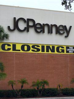 JCPenney: la tienda de ropa, maquillaje, joyería y elementos para el hogar, con más de 840 locales en Estados Unidos y Puerto Rico, cerró 154 establecimientos y tiene pensado cerrar otros 242 en los próximos meses, pues tiene una deuda de más de 4 mil millones de dólares, indicó El Tiempo.