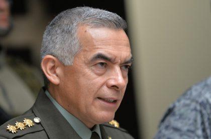 El general Óscar Atehortúa, que en la imagen aparece hablando en una rueda de prensa, confirmó que tiene COVID-19.