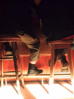 Hombres sentados en bar, que ilustran nota de asesinos que fueron encontrados tomando cerveza con las manos ensangrentadas