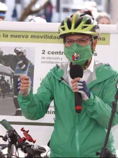 La alcaldesa Claudia López, en la foto haciendo anuncios sobre la movilidad en Bogotá, se cruza en nueva pelea con el Centro Democrático.