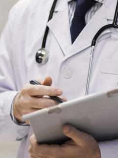 Imagen de referencia de un médico, como el señalado por presunto abuso sexual, en Bogotá