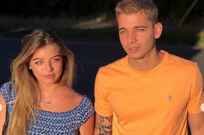 Fabio Legarda con su hermana Daniela, que ahora luce un anillo que fue hecho con las cenizas de él, oro y diamantes.