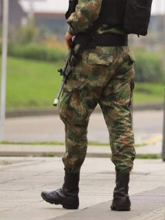 Soldados caminando por Bogotá. Felip exige resultados al Gobierno por chuzadas.