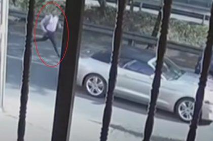 Conductor se bajó asustado por rompevidrios y carro siguió andando solo, en Bogotá.