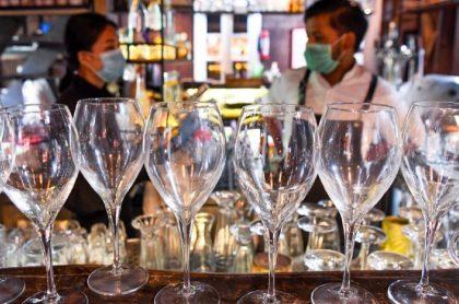 Imagen de un bar que ilustra el protocolo para venta y consumo de licor