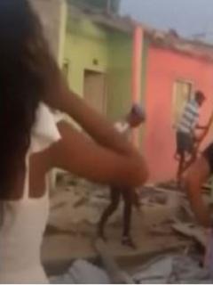Imágenes del momento en que desadaptados rompen las viviendas, en Repelón