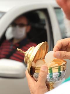Imagen de sacerdote haciendo una automisa en Bogotá, a propósito de que próxima Semana Santa será con coronavirus, según Iván Duque