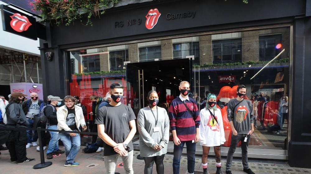 """""""¿Por qué abrir una tienda en medio de una pandemia? Es nuestro eterno optimismo"""", bromeó el líder de la banda, Mick Jagger, de 77 años, en un video emitido antes de la apertura."""
