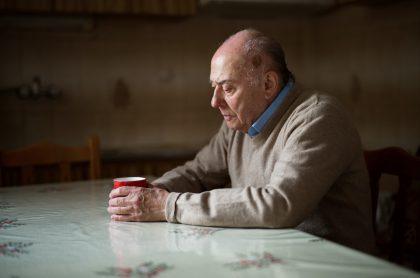 Imagen de adulto mayor sentado tomando café que ilustra nota sobre el posible aumento de la edad de pensión