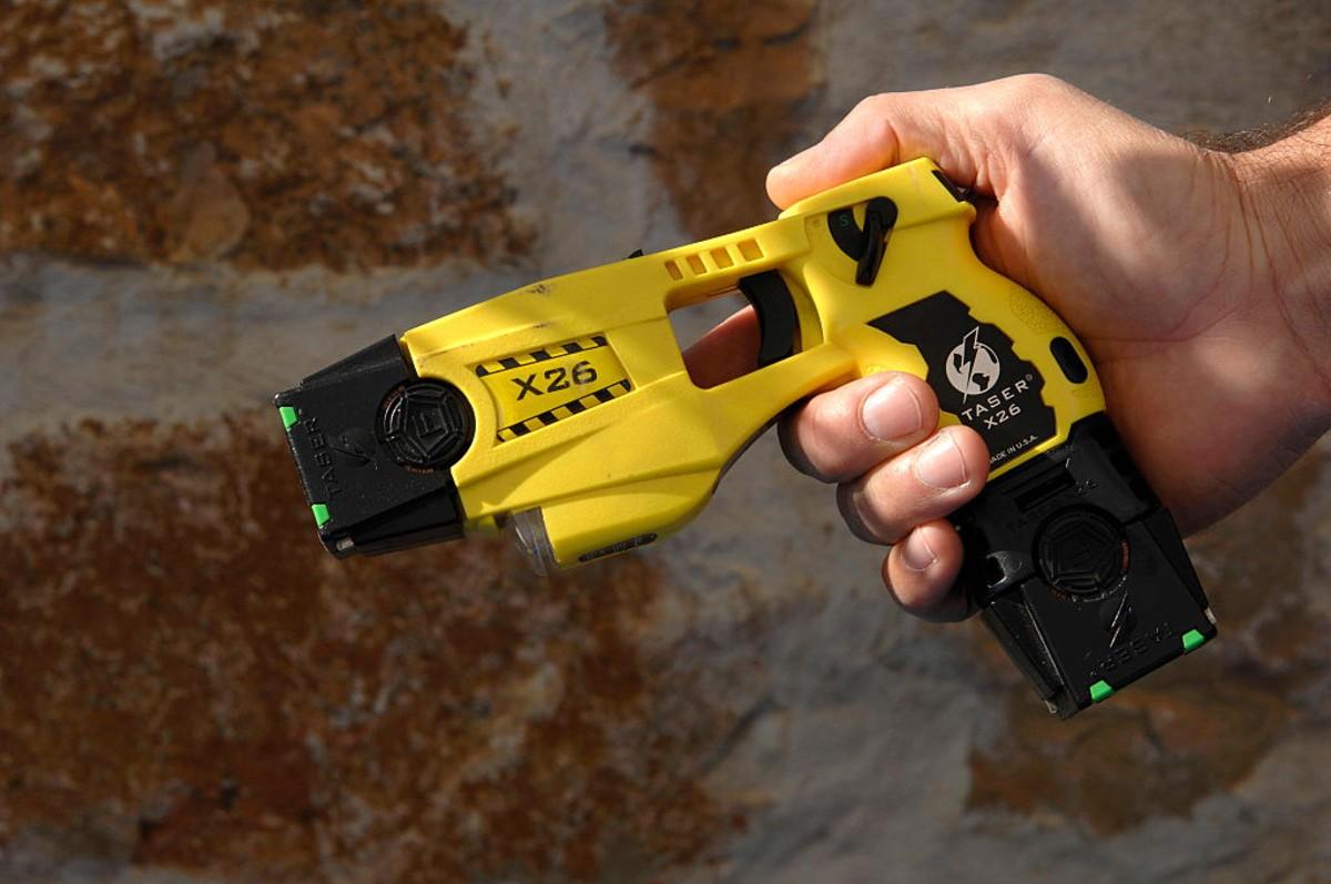 ¿Qué es una pistola 'taser' y qué daño puede causar en las personas?