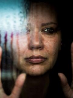 Imagen de persona triste, a propósito de las claves para saber si una persona piensa suicidarse