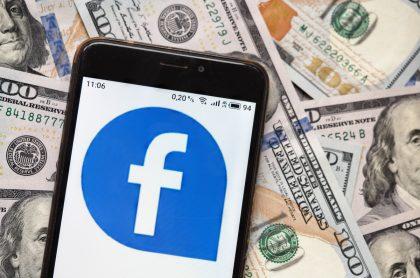 Imagen de dólares y logotipo de Facebook, empresa que les pagará a algunos usuarios por desactivar sus cuentas