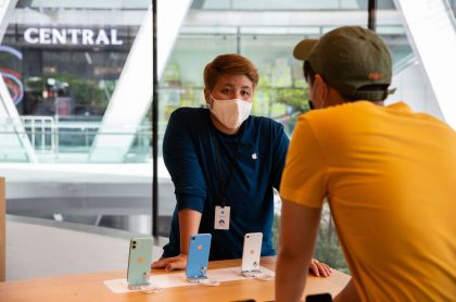 Empleado usando tapabocas en tienda de Apple, empresa que desarrolla mascarillas especiales para sus trabajadores