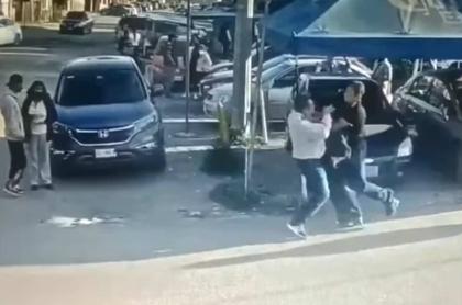 Momento en el que hombre apuñala a presunto violador de su hija.