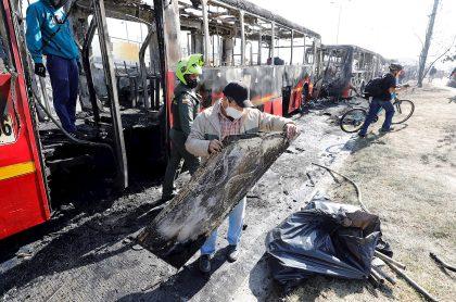 Imagen de los disturbios en Bogotá y un bus de Transmilenio quemado