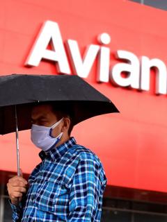 """La aerolínea anunció que demostrará que esta """"es una transacción beneficiosa para el país"""". Instalaciones de Avianca en Bogotá."""