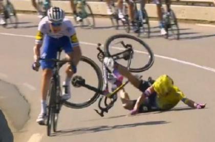 Sergio Higuita sufre fuerte caída en la etapa 15 y abandona Tour de Francia.
