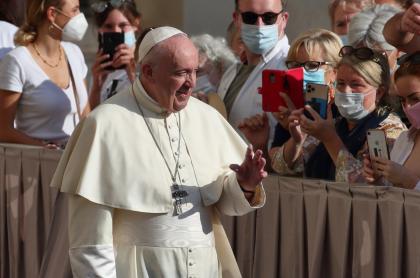 Foto del papa Francisco saludando a fieles en una de sus visitas por el mundo.