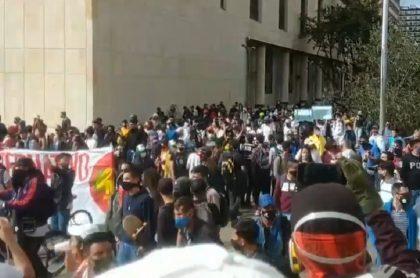 Miles de personas protestando pacíficamente en la Plaza de Bolívar este 13 de septiembre