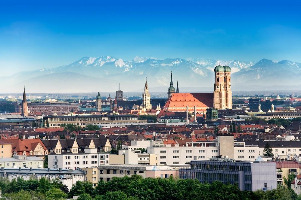 Múnich, Alemania, con Los Alpes al fondo. Esta es una de las ciudades con universidades a las que los colombianos pueden aplicar a becas.