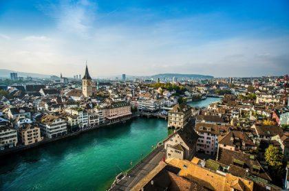 Vista aérea de Zúrich, Suiza, uno de los países que ofrecen becas de estudio para colombianos.