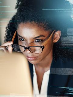 Imagen de mujer viendo datos para mostrar cómo funciona plataforma que optimiza procesos de selección