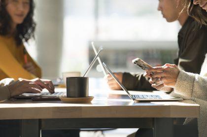 Trabajadores en oficina: LinkedIn implementó una plataforma en la que identifica los perfiles profesionales más buscados por las empresas.