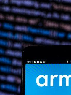 Logo de ARM, que fue vendida a Nvidia recientemente y cuya arquitectura es fundamental en los procesadores de celulares