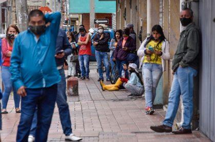Bogotanos haciendo fila en la calle: la Secretaría anunció que hasta el próximo 31 de octubre van los alivios para morosos de impuestos en Bogotá.