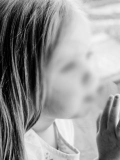 Imagen de niña en la ventana en blanco y negro, que ilustra nota de violación a menor de 4 años en Sudáfrica
