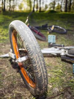 Bicicletas tiradas en el suelo, como las que usaba una mujer y su sobrina, asesinadas en Montelíbano, Córdoba.