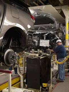 Imagen de trabajadores de fábrica de carros ilustra nota sobre baja producción de vehículos en Colombia por la pandemia