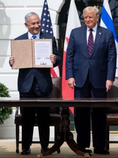 Benjamín Netanyahu durante la firma de los acuerdos bilaterales con los ministros de Relaciones Exteriores de Emiratos Árabes Unidos y Baréin, Abdalá bin Zayed al Nahyan y Abdel Latif al Zayani, respectivamente, y elpresidente Donald Trump