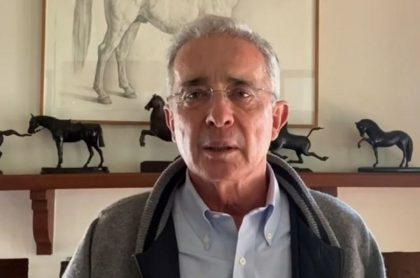 Corte entrega a Fiscalía investigación contra Uribe, acá en su finca, por masacres