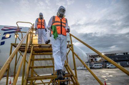 Imagen de desinfección a un avión en El Dorado, aeropuerto que se reactivará para vuelos internacionales el 21 de septiembre