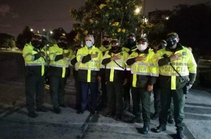 Iván Duque con policías, tras visitar CAI de Bogotá vandalizado en disturbios