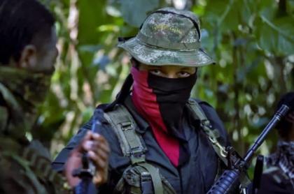 Imagen de un miembro del ELN ilustra nota sobra la quema de 2 camiones en Antioquia, presuntamente por hombres de esa guerrilla.