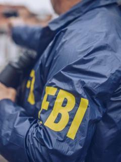 Imagen de un miembro del FBI ilustra nota de un preso que fue liberado por error sin que la agencia de investigación lo sepa.