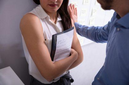 Hombre acoso a mujer en oficina