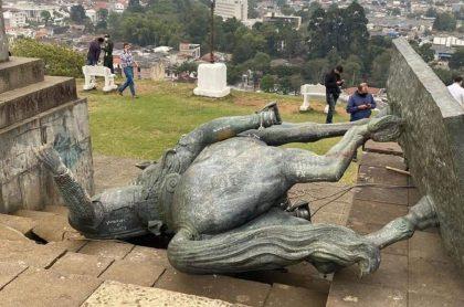 Imagen de cómo quedó la estatua de Sebastián de Belalcázar luego de que indígenas la tumbaran