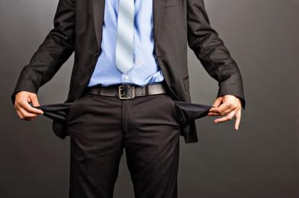 Imagen de un hombre mostrando sus bolsillos vacíos ilustra nota sobre un multimillonario que donó toda su fortuna.