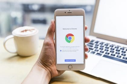 Foto de Google Chrome en un iPhone para ilustrar nota sobre cómo usar ese navegador en lugar de Safari