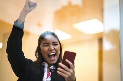 Mujer celebrando: Baloto y Revancha acumularon cada uno 55.000 millones de pesos que se jugarán el Día del Amor y la Amistad.